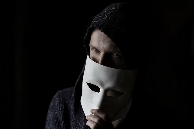 Мужчина снимает маску