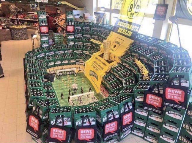 Футбольное поле из ящиков