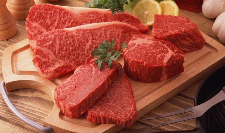 Сырое мясо на разделочной доске