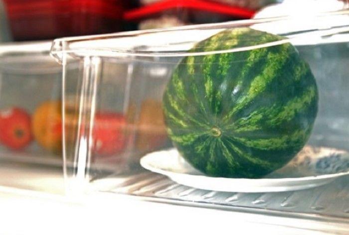 Арбуз в холодильнике
