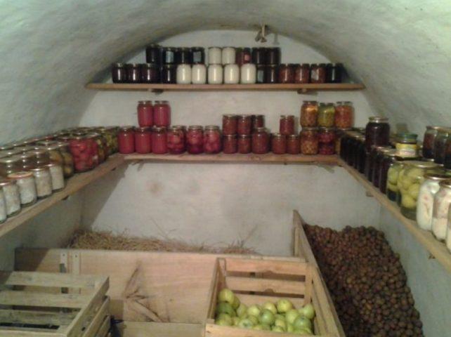 Погреб с домашней консервацией, соломой, овощами и ягодами