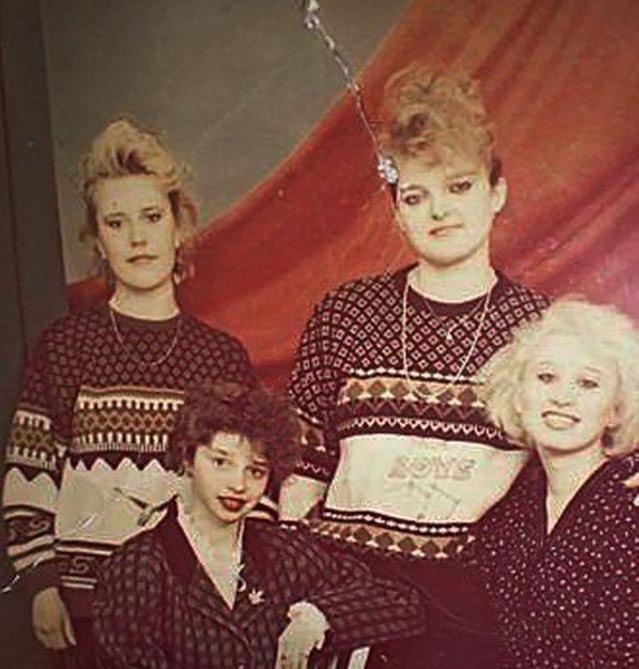Девушки в одинаковых свитерах