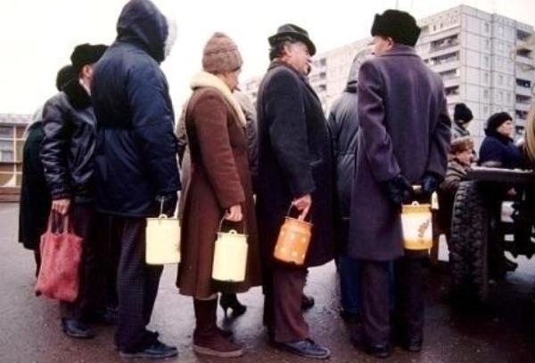 Советские граждане в очереди за молоком