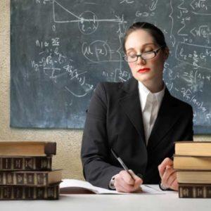 Учительница проверяет тетради