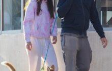 ДиКаприо и Морроне выгуливают собаку