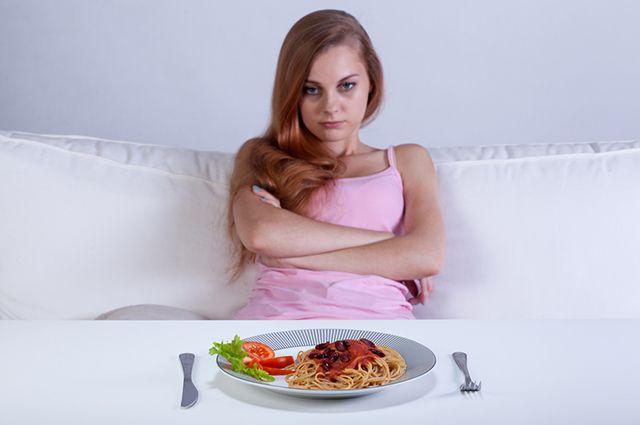 Недовольная девушка за столом