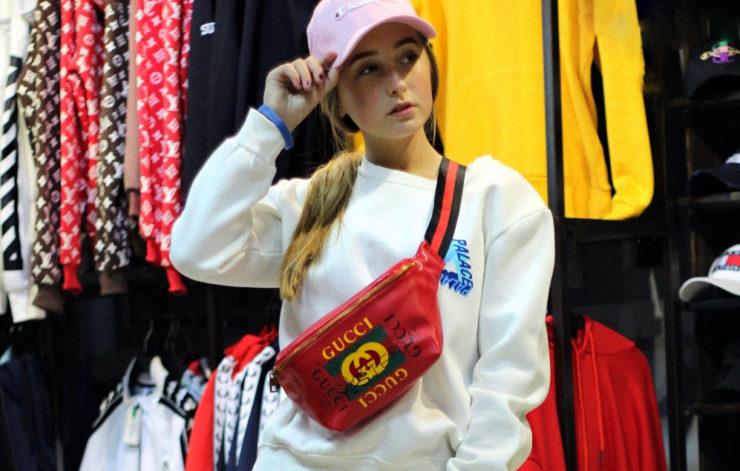 Девушка в брендовых вещах