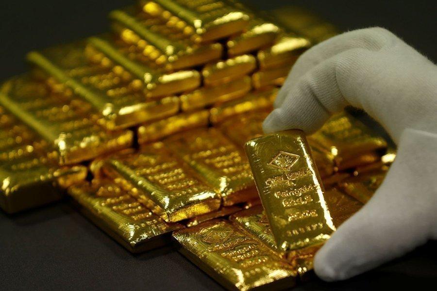 Золотой слиток в руке