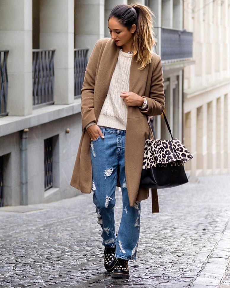 Девушка в джинсах и пальто