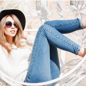 Девушка в джинсах и кресле-качалке