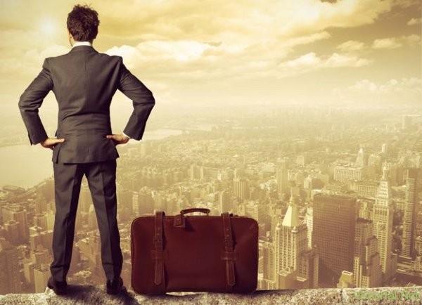 Человек с чемоданом смотрит на город