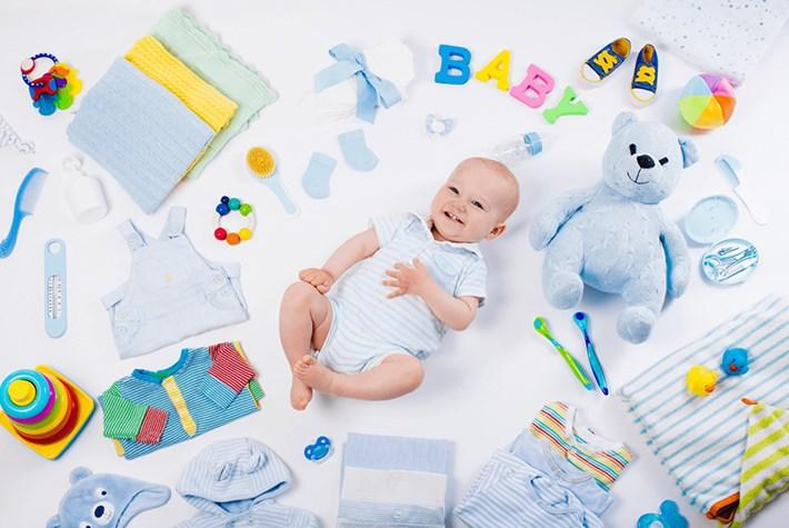 Малыш в окружении собственных вещей