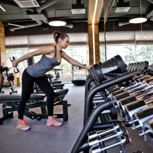 Девушка занимается в спорт-зале
