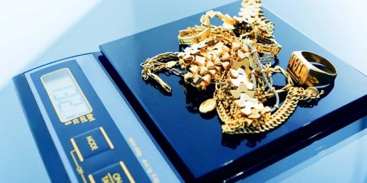 Золотые украшения на ювелирных весах