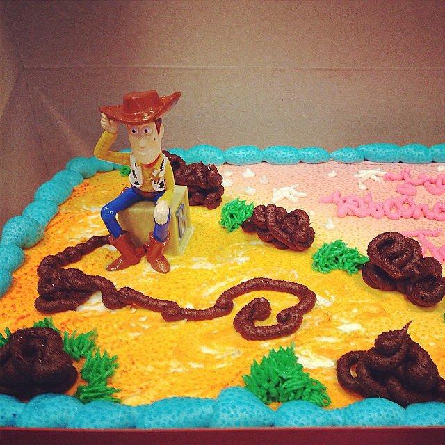 Торт с фигуркой шерифа и лассо из шоколадной глазури