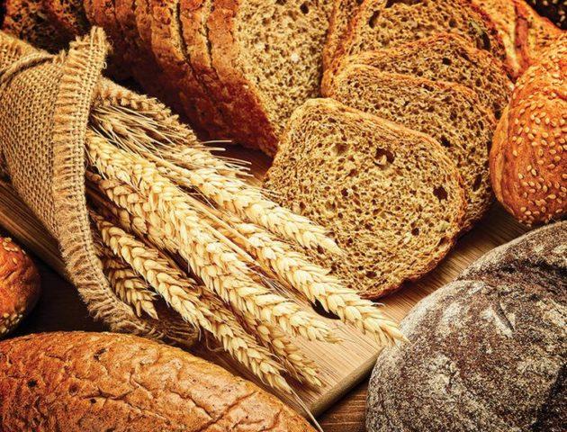 Пшеница в колосках и хлебобулочные изделия
