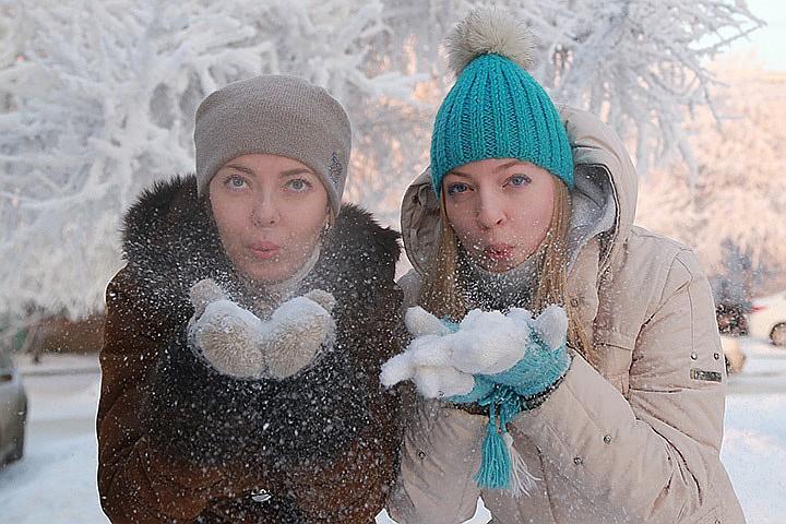 Девушки в зимней одежде зимой