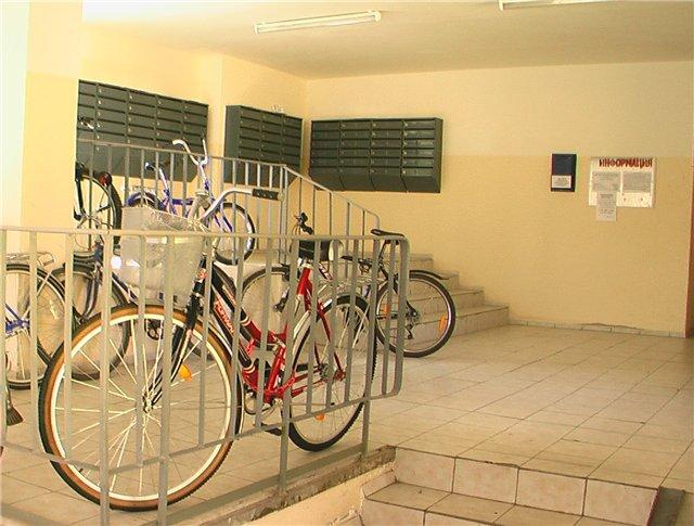 Велосипеды на лестничной площадке