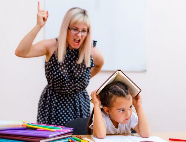 Учитель кричит на ученицу