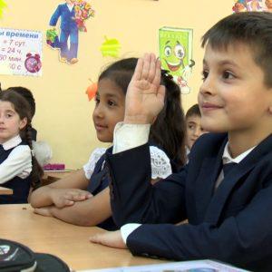 Дети за партами в школе