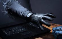 Рука в перчатке из монитора тянется за кошельком