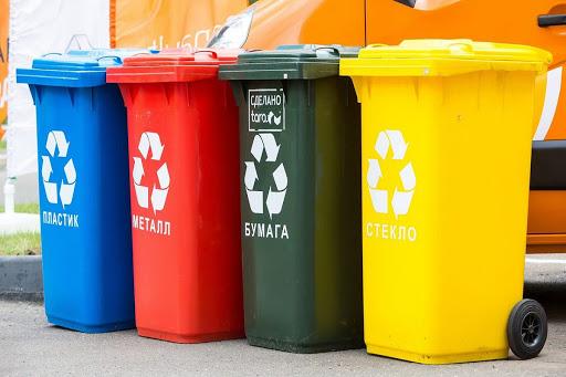 Разноцветные мусорные контейнеры