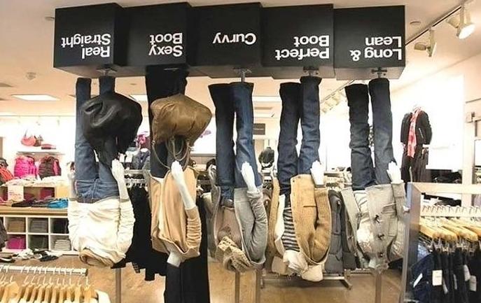 Манекены вверх тормашками в магазине