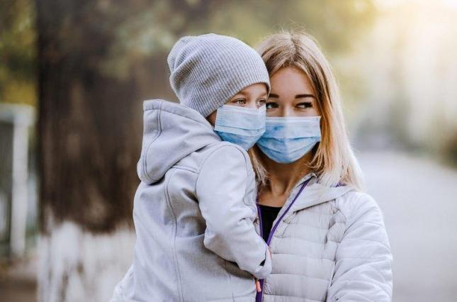Женщина с ребенком в масках