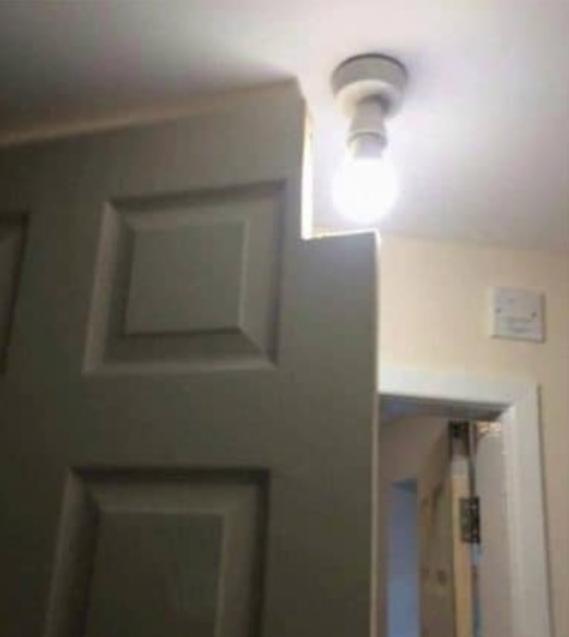 Вырез на двери под лампочку