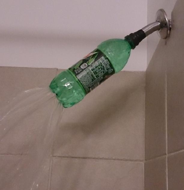 Пластиковая бутылка вместо душевой лейки