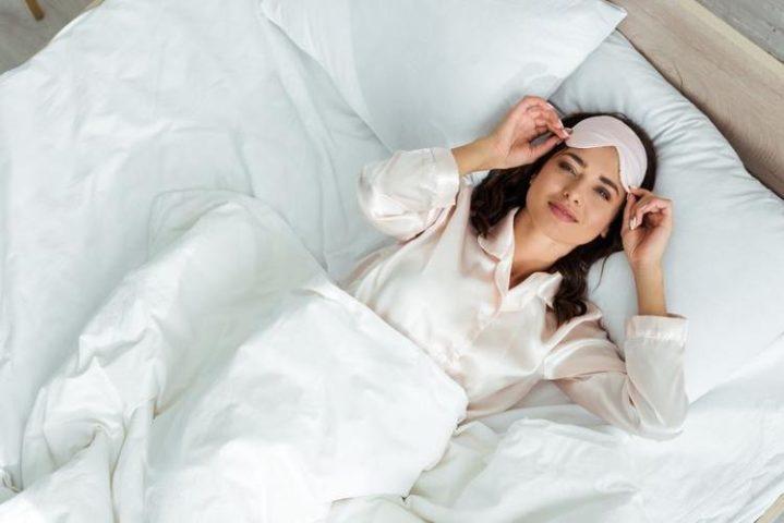 Девушка в пижаме после пробуждения