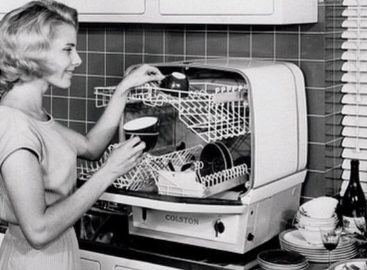 Ретро-посудомойка и женщина возле нее
