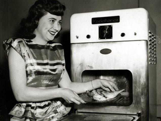 Ретро-духовка и женщина возле нее