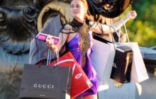 Девушка с брендовыми пакетами