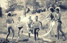 Дети брызгаются водой