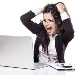 Девушка кричит перед компьютером