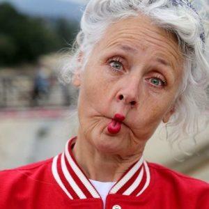 Пожилая дама гримасничает