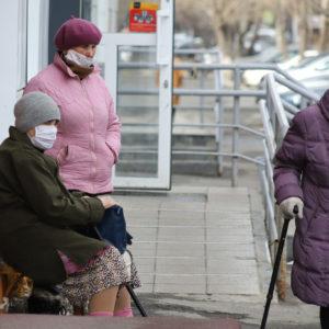 Пожилые женщины в маске