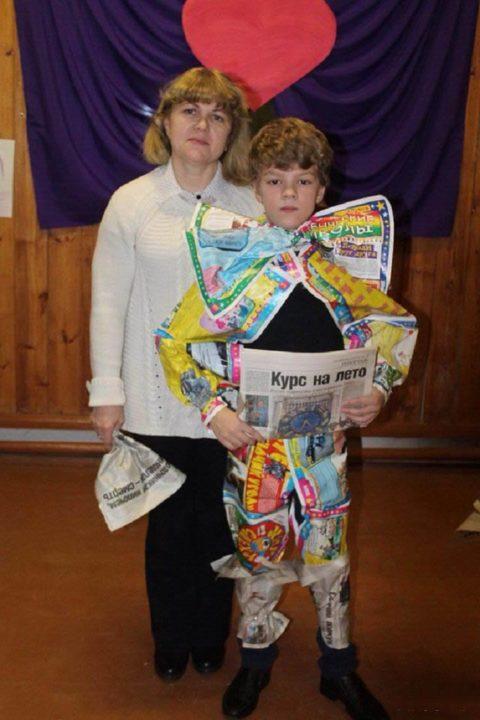 Женщина и ребенок в костюме из газет