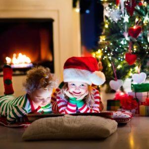 Дети под елкой