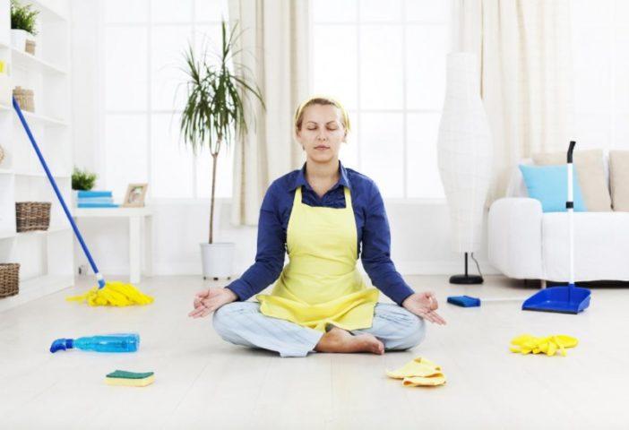 Женщина медитирует во время уборки