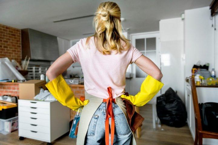 Женщина в перчатках для уборки