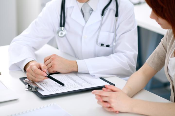 Врач объясняет порядок заполнения декларации пациентке