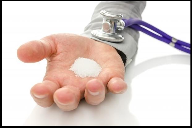 Соль в руке и стетоскоп