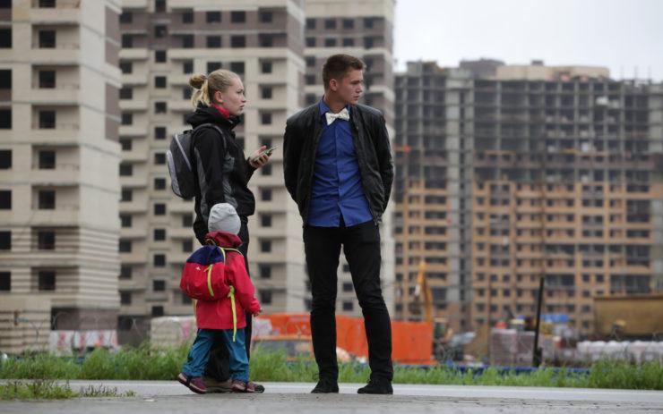 Семья на фоне строящихся домов