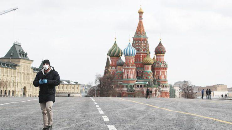 Человек в маске на Красной площади в Москве