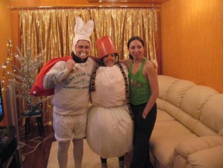 Мужчина в костюме зайца, женщина-снеговик и их подружка