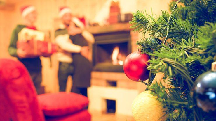 Новогодняя елка и люди в глубине комнаты