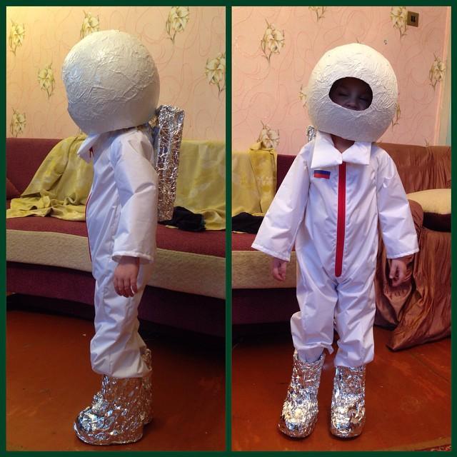 Ребенок в костюме космонавта