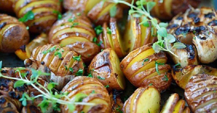 Картофель запеченный в травах целиком